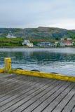 Port de pêche et l'église dans Holmavik Photographie stock libre de droits