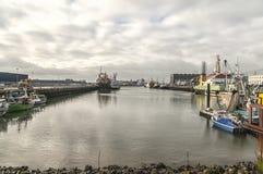 Port de pêche néerlandais avec un ciel nuageux photos libres de droits