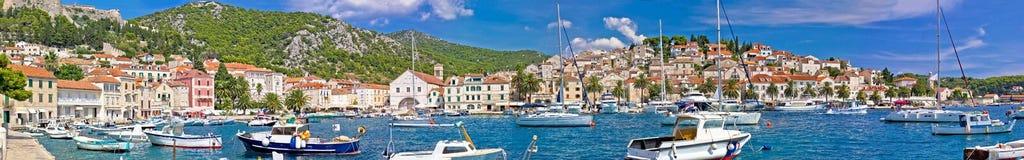 Port de plaisance de Hvar et architecture historique panoramiques images libres de droits