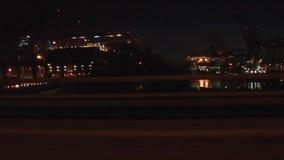 Port de récipient de Hambourg la nuit banque de vidéos