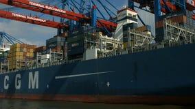 Port de récipient de Hambourg - tir de bateau banque de vidéos