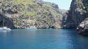 Port de Sa Calobra, Majorque, Espagne La baie avec la mer de turquoise du bateau