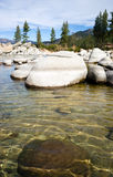 Port de sable de Crystal Clear Water Smooth Rocks le lac Tahoe photographie stock