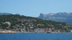 Port de Soller, Μαγιόρκα, Ισπανία Άποψη του κόλπου και του χωριού από τη βάρκα απόθεμα βίντεο
