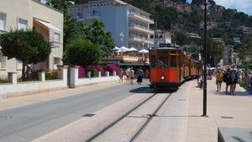 Port de Soller, Μαγιόρκα, Ισπανία Το παλαιό ηλεκτρικό τραμ που τρέχει μεταξύ Soller και του στο κέντρο της πόλης Port de Soller απόθεμα βίντεο