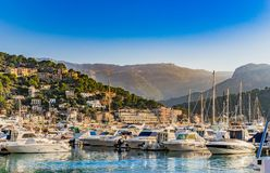 Port de Soller, puerto deportivo con paisaje hermoso de la montaña, isla de Majorca, España del puerto imagen de archivo