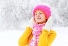 Port de sourire heureux de femme vêtements tricotés colorés en hiver Photographie stock libre de droits