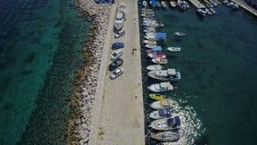 Port de Sutivan sur l'île de Brac, tir aérien banque de vidéos