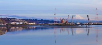 Port de Tacoma avec des réservoirs de stockage de pétrole et des montagnes Photographie stock libre de droits