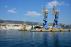 Port de Trieste avec des grues photos stock