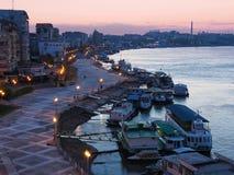 Port de Tulcea chez Danube à l'heure bleue Le port de Tulcea est l'un des plus grands ports fluviaux roumains photographie stock libre de droits