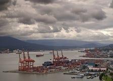 Port de Vancouver avec le terminal de récipient dans le premier plan Photo libre de droits