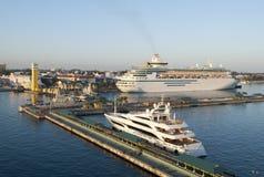Port de ville de Nassau à l'aube photographie stock libre de droits