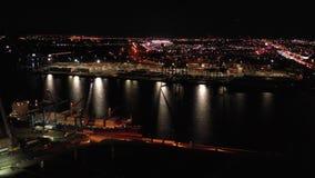 Port de vue aérienne la nuit banque de vidéos