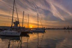 Port de yacht au coucher du soleil Images libres de droits