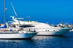 Port de yacht avec l'île Photo stock