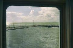 Port de yacht par le hublot images stock