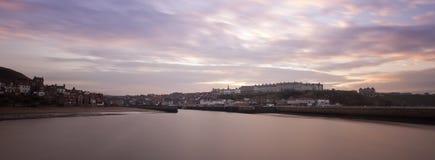Port donnant sur la petite ville Photo libre de droits