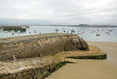 Port of Douarnenez, access to the beach at low tide (Finistère, Brittany, France). Port of Douarnenez on a day of bad weather, access to the beach at low Stock Photo