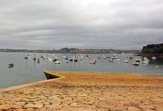 Port Douarnenez molo przy niskim przypływem Brittany, Finistere, Francja Zdjęcie Stock