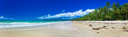 Port Douglas vier-Meilen-Strand und Ozean am sonnigen Tag, Queensland, lizenzfreie stockfotos