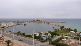 Port eller marina med yachter och fartyg i den Monastir staden, Tunisien, flyg- sikt stock video