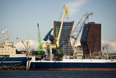 Port et deux constructions Photographie stock