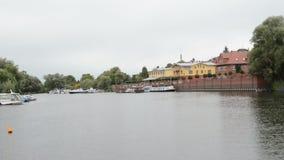 Port et paysage urbain historique de Havelberg avec les maisons traditionnelles de brique et les maisons à colombage dans les bat banque de vidéos
