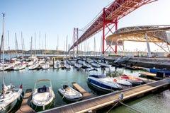 Port et pont dans la ville de Lisbonne Photographie stock libre de droits