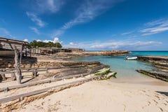 Port för Es Caló i Formentera fartygjärnvägar Arkivfoton