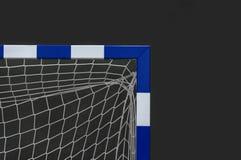 Port för futsal eller handboll i idrottshall Detalj av portramen och netto Utomhus- fotboll- eller handbolllekplats royaltyfri fotografi
