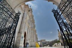 Port för sidoingång av basilikadomkyrkan armas de plaza _ peru arkivbild