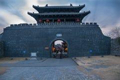 Port för Yangzhou ` s Dongmen runt om skymning Arkivfoto