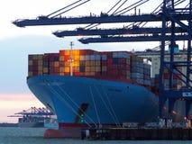 Port Felixstowe, Suffolk, UK, Luty 11 2018: Żurawie ładuje zbiorniki na Ebba Maersk ładunku statku przy półmrokiem Obrazy Stock