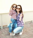 Port frais de mère et d'enfant de portrait chemises à carreaux et lunettes de soleil Image stock