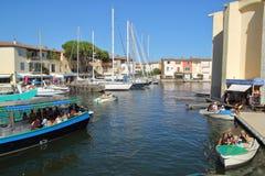PORT GRIMAUD, PROVENCE, FRANCE - 23 AOÛT 2016 : divers bateaux disponibles pour louer dans ce village de la Côte d'Azur assez con Images stock