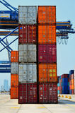 Port, grue et conteneurs industriels Image stock
