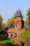 Port in i demense av slotten de Haar, Nethwerland Arkivfoton