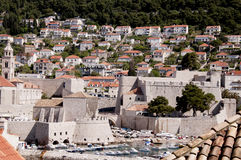 Port i den Walled staden av Dubrovnic i Kroatien Europa Dubrovnik ge någon ett smeknamn `-pärlan av Adriatiska havet Royaltyfri Fotografi
