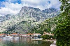 Port i Kotor på bakgrunden av berget Royaltyfri Foto
