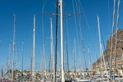 Port i Puerto de Mogan med otaliga segelbåtar och hamnpromenaden royaltyfri bild