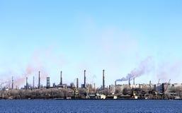 Port i zanieczyszczenie powietrza wśród domów Zdjęcie Royalty Free