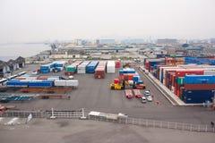 Port industriel avec des récipients photo stock