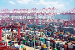 Port industriel avec des récipients Images stock