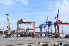 Port industriel avec des récipients photos stock
