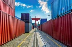 Port industriel avec des récipients dans la cargaison image stock