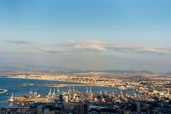 Port industriel de cargaison de vue aérienne avec des bateaux et des grues Photo libre de droits