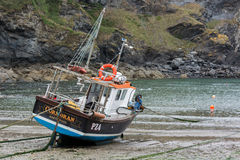 PORT ISAAC, CORNWALL/UK - AUGUST 13 : Fishing boat in Port Isaac Stock Photos