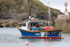 PORT ISAAC, CORNWALL/UK - AUGUST 13 : Fishing boat in Port Isaac Stock Photography