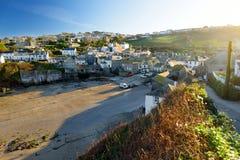 Port Isaac, ett litet och pittoreskt fiskeläge på den atlantiska kusten av norr Cornwall, England, Förenade kungariket som är ber royaltyfri bild